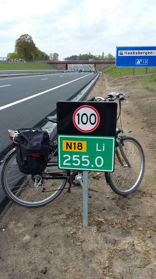 'Maximaal 100 kilometer per uur met de fiets', grapt Janneke Rohaan.