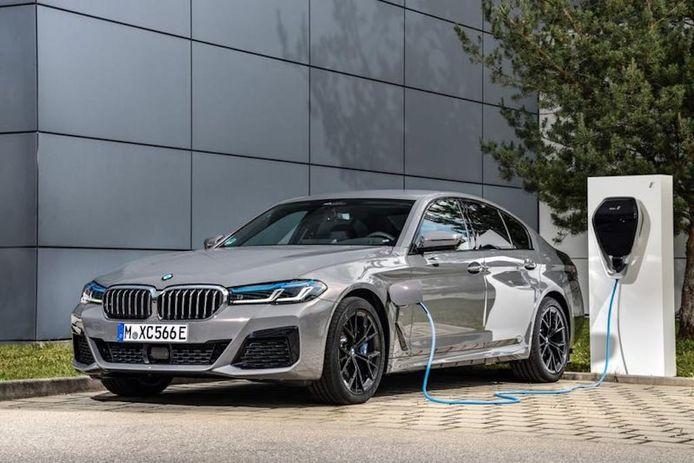 Een plug-in hybride van BMW aan de lader.