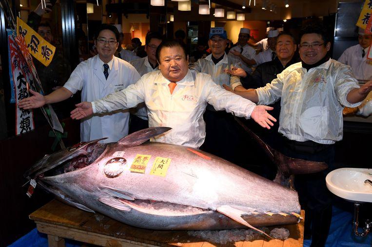 Kiyoshi Kimura, directeur van restaurantketen Sushi-Zanmai, poseert met een blauwvintonijn van 212 kilogram. Beeld AFP