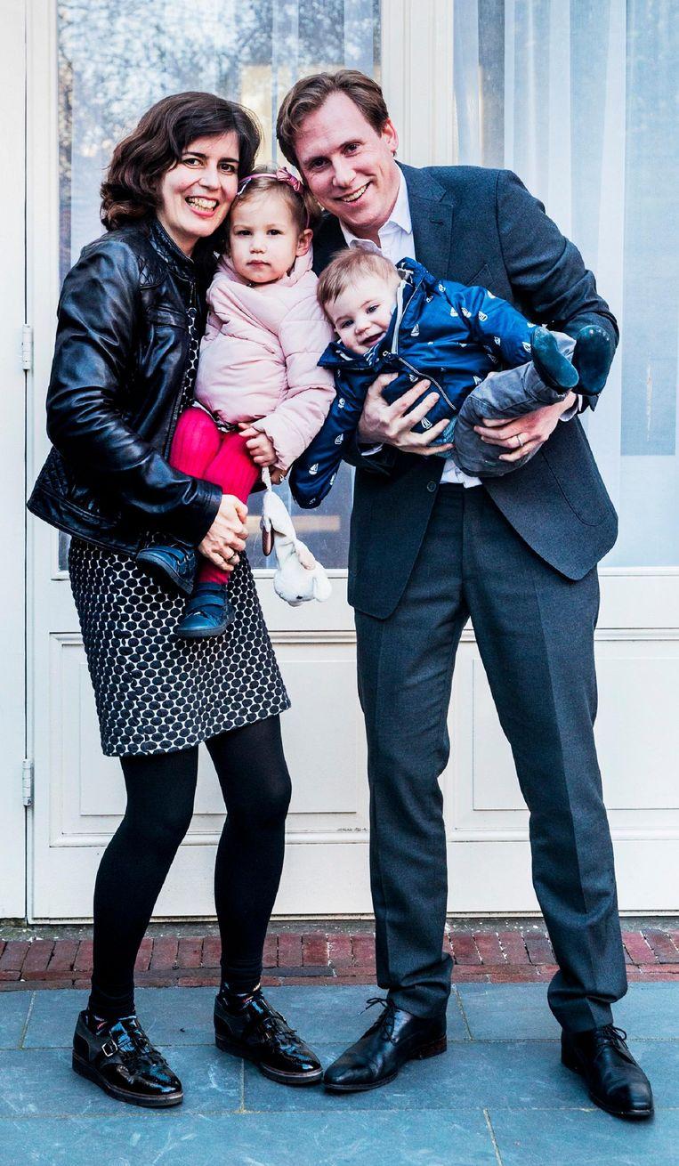 Susanne Kantas (39), Jan-Willem Louwaard (39), Julienne (2) en Quentin (8 maanden), uit Den Haag. Beeld null