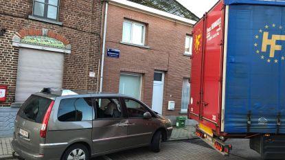 Vrachtwagen rijdt tegen geparkeerde wagen in straat waar vrachtverkeer verboden is