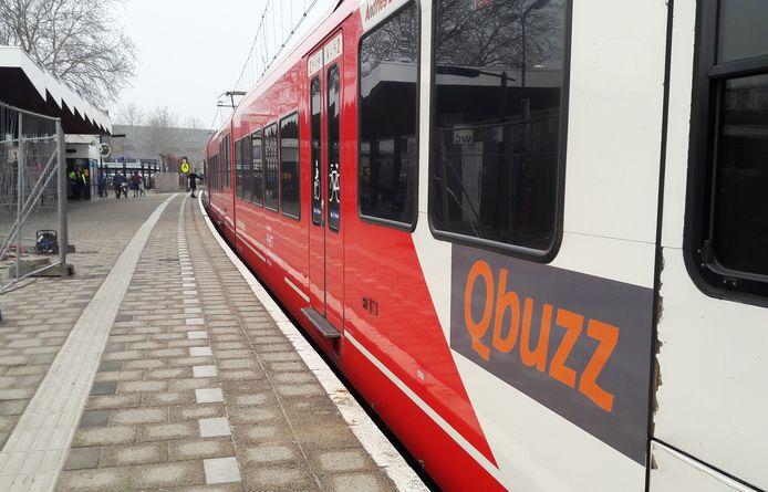 Een trein van Qbuzz op het station in Gorinchem. De trein rijdt over de MerwedeLingelijn, van Dordrecht naar Geldermalsen. Tot december van 2018 was Arriva de vervoerder van deze lijn.