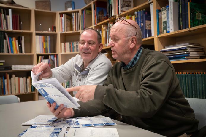Jan van Bremen (links) en Charles Derksen bladeren door wat oude nummers. Alle tijdschriften tot drie jaar geleden zijn online gegaan.