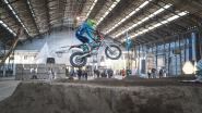Motocrossers zweven door lucht bij opening Biënnale van België