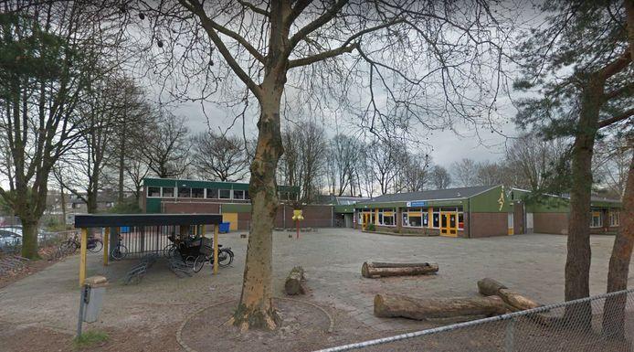 Het schoolgebouw aan de Haktol telt nu negen klaslokalen, dat moeten er straks dertien worden.