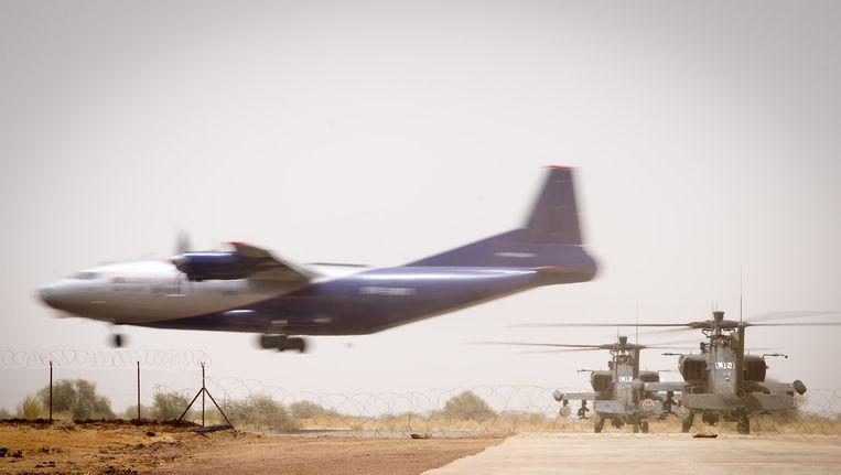 In Mali is een VN-vredesmissie, dit zijn Nederlandse Apache gevechtshelikopters op het vliegveld van Gao in het noordoosten Beeld ANP