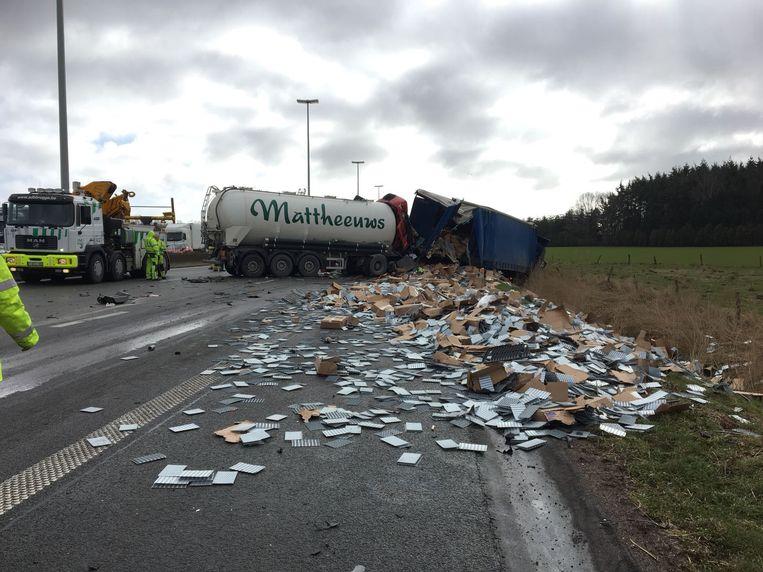 Twee vrachtwagen reden elkaar aan in de staart van de file.