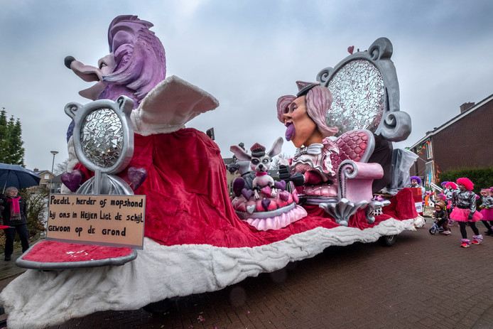 Indrukwekkende wagen in Heijen, bij carnavalsvereniging De Wortelpin.