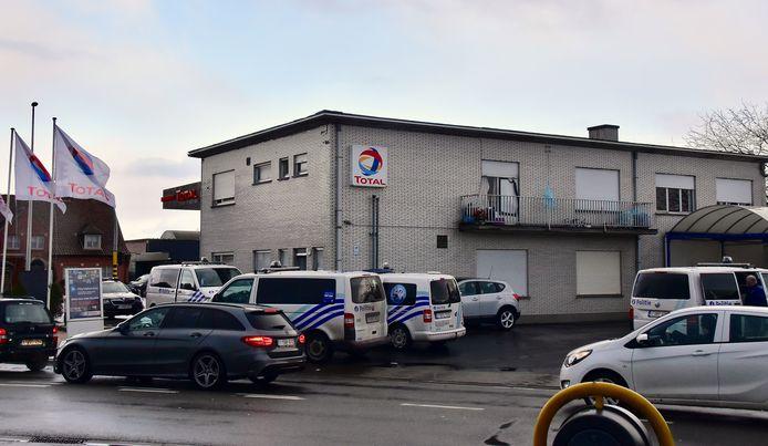 Vier politievoertuigen en een anonieme wagen snelden ter plaatse voor de controle en identificatie van alle aanwezigen in de woning op de hoek van de Doornikserijksweg met de Bellegemsestraat in Bellegem.