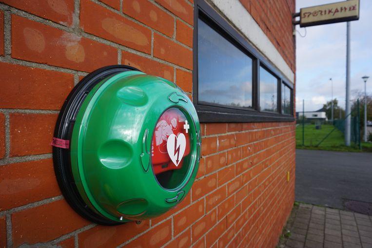 GISTEL - Een AED-toestel bij het sportcomplex in Gistel