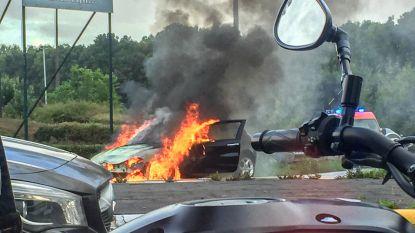 Alfa Romeo brandt volledig uit op N8 aan afrit van Brusselse ring