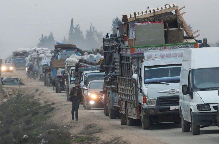 Vluchtende Syriërs bij de stad Sarmada in Idlib.
