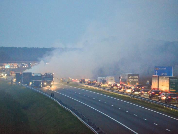 Vrachtwagen in brand op A2 bij Maarheeze, snelweg dicht