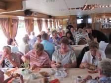 Honderd ouderen genieten van de boottocht van het honderdjarige bedrijf Plieger
