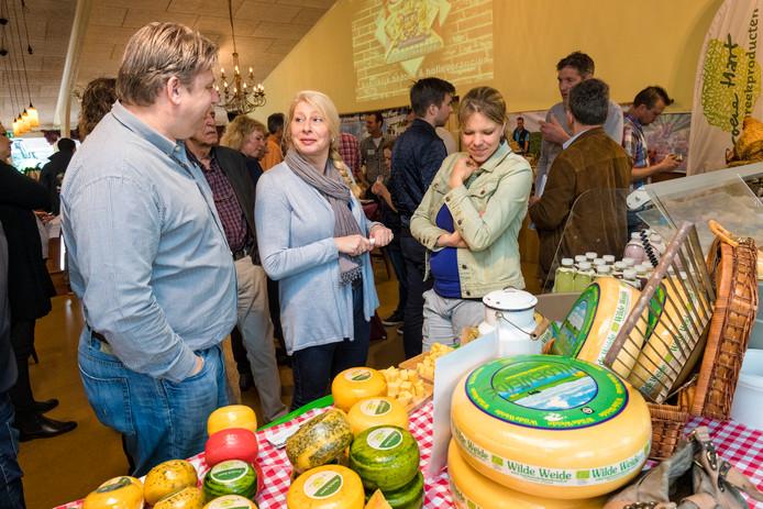 Tijdens een beurs voor streekproducten in het Groene Hart wordt er uitgebreid gesproken over regionale kaas.
