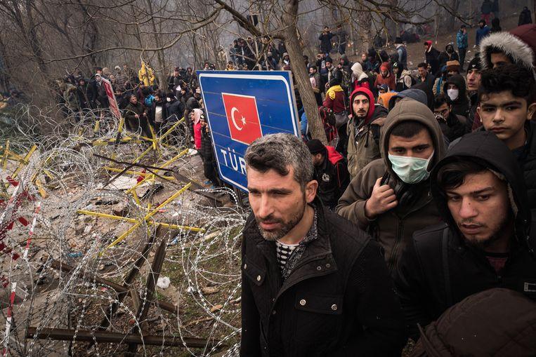 Vluchtelingen aan de gesloten Turks-Griekse grens buiten Edirne Beeld Nicola Zolin