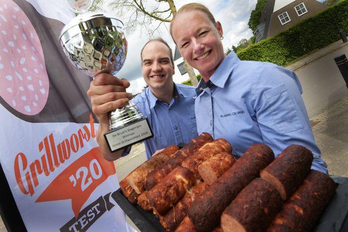 Wendy van Malsen en Michael de Bruin met de trofee. En de winnende grillworst.
