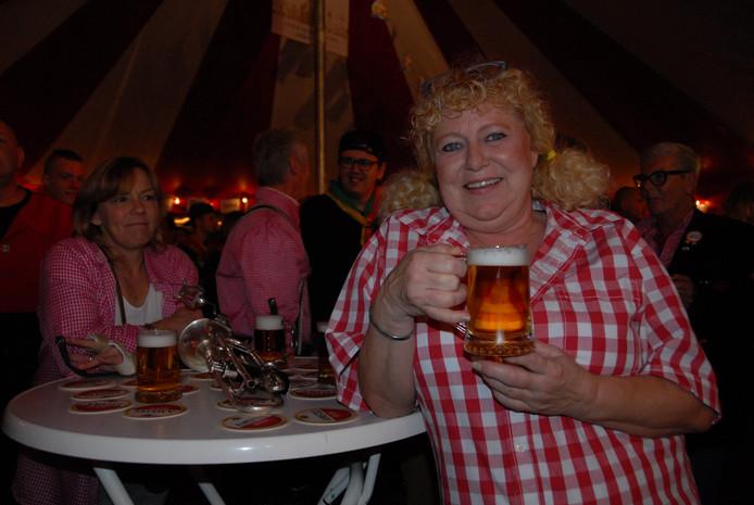 Jacqueline Jansen, lid van De Stappers, is beslist niet vies van een potje bier