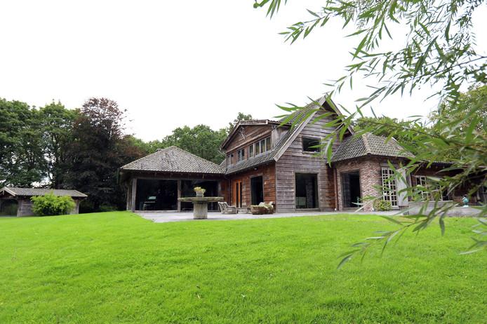 De houten villa aan het Kreekpad in Rockanje ligt midden in een natuurgebied.