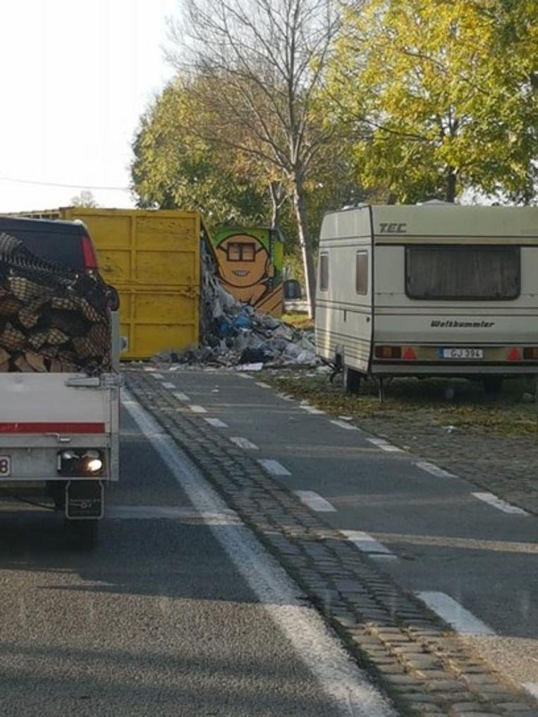 Een vrachtwagen verloor een container vol afval