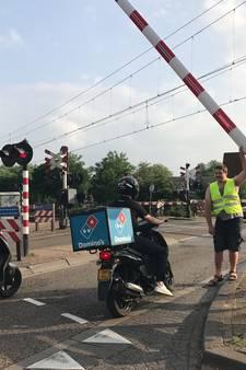 Blikseminslag zorgt voor problemen op spoor en defecte slagbomen in Vught; treinverkeer na uren hervat