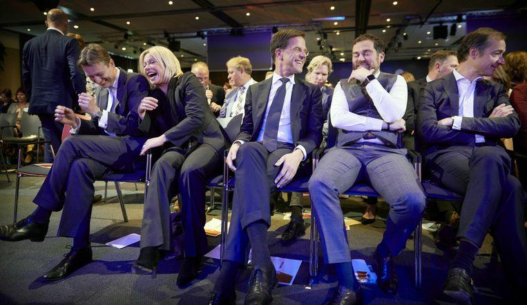 Halbe Zijlstra, Jeanine Hennis, Mark Rutte, Klaas Dijkhoff en Eric Wiebes tijdens het voorjaarscongres van de VVD in congrescentrum Papendal.  Beeld ANP