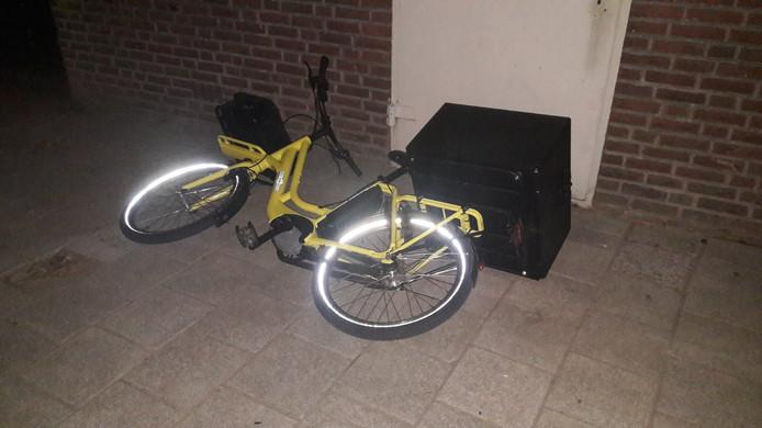 De fiets van de pizzakoerier werd vlak na de beroving door de daders achtergelaten.