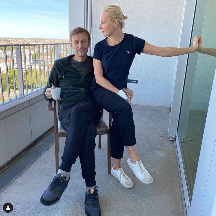 Navalny met zijn echtenote Yulia op een balkon van het Charité-ziekenhuis in Berlijn.