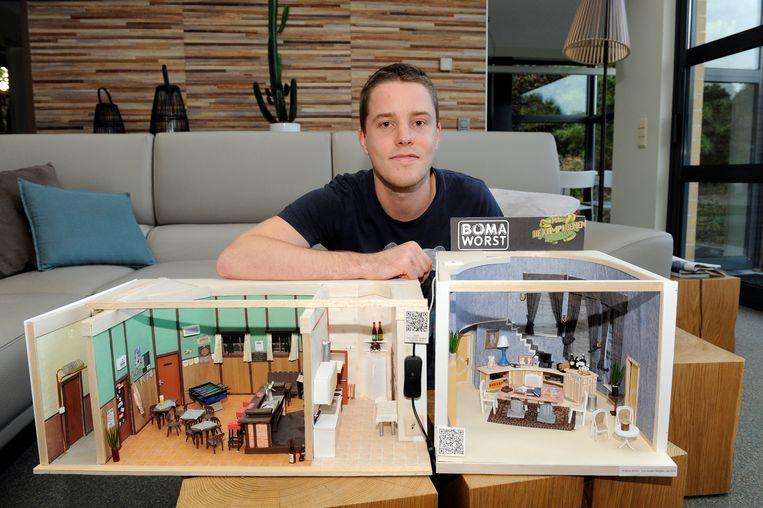 """Tom toont zijn zelfgemaakte miniatuurdecors van FC De Kampioenen. """"Het moeilijkste? Dat van Boma."""""""