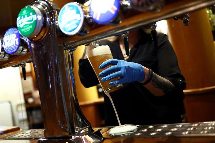 Een biertje wordt in een Londense pub getapt.