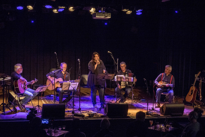 Merrow tijdens een optreden in De Spot in Middelburg. Vlnr  Bouke Nijssen (basgitaar),  Ruud Eggermont (gitaar), Gabien Lambert (zang), Wolfert Jumelet (accordeon) en David Egter van Wissekerke (viool/gitaar).