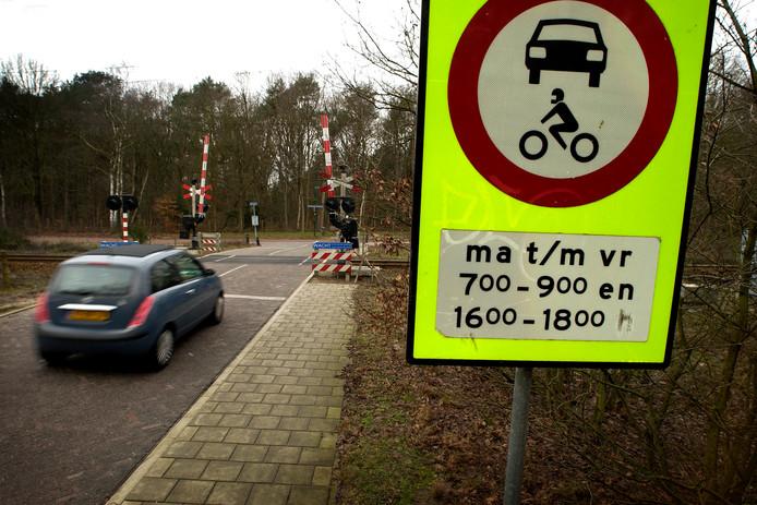 Na 19 jaar verdwijnt eindelijk de felomstreden spitsafsluiting van de Den Blieklaan via het spoor naar de Foekenlaan in Soest-Zuid.