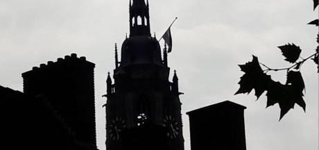 Waarom hangt de vlag op de Cuneratoren in Rhenen halfstok?