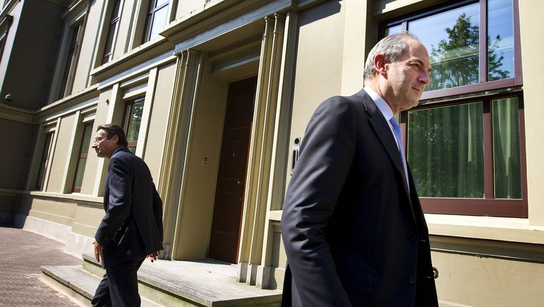 PVDA-fractievoorzitter Job Cohen (R) ontmoet zijn collega Maxime Verhagen (CDA) tijdens een wandeling op het Binnenhof, juni 2010. Beeld anp