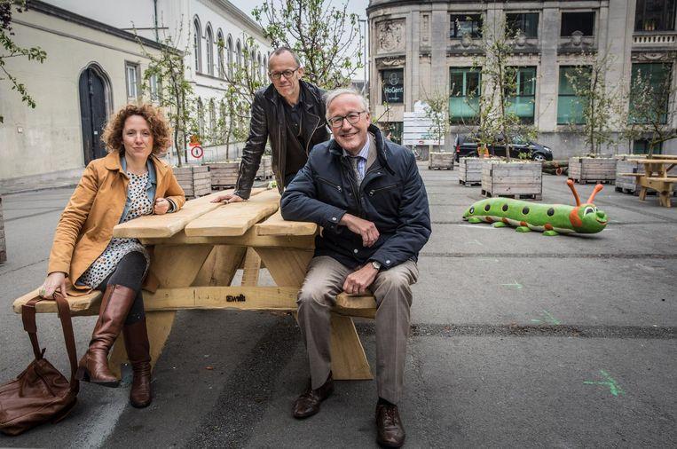 Schepenen Elke Decruynaere, Filip Watteeuw en Rudy Coddens op het vernieuwde Maaseikplein.