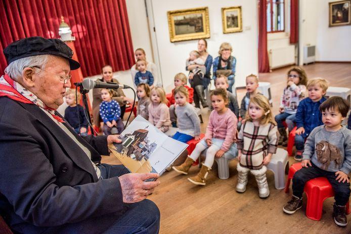 Nationale voorleesdagen. Haagse kinderen van Kinderopvang 2Samen worden in Muzee in Scheveningen door oudvisser alias Opa Arie, Arie Spaans voorgelezen. Op schoot zit Isabel (2)