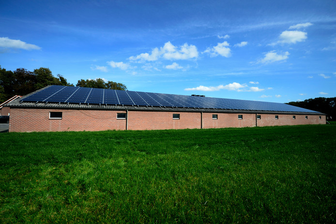 Bij de vijftig projecten die een SDE+-subsidie hebben gekregen, zitten 23 zonnedaken van Enschede Energie. De coöperatie realiseerde in 2018 onder meer een zonnedak op deze varkensschuur aan de Zuid Esmarkerrondweg.