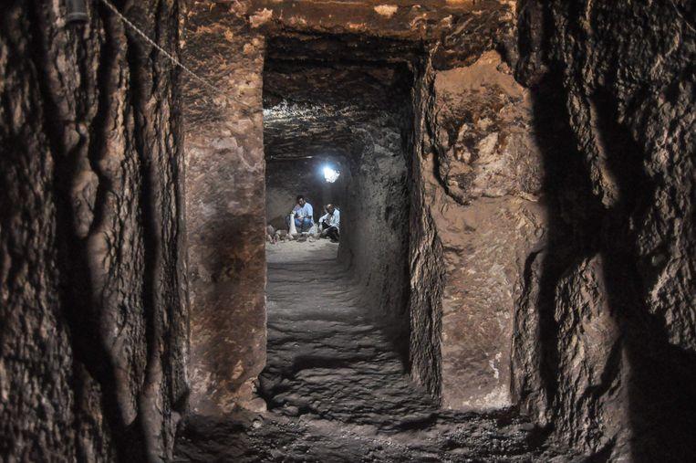 Een van de recent ontdekte graftombes waar archeologen aan het werk zijn.