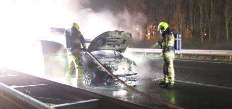 Auto vliegt tijdens het rijden in brand op A15 bij Echteld