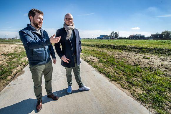 Niels Vandecasteele en Steven Callens, zaakvoerders van Merchandise Essentials,  plannen tegen 2022 hier in Beveren, vlakbij de Heirweg,  een nieuw hoofdkantoor.