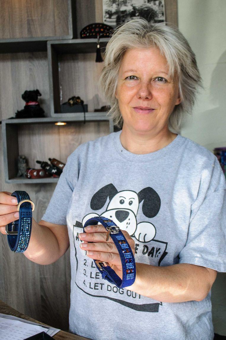 Nancy Van Craen toont haar twee meest luxueuze Italiaanse halsbanden: kostprijs respectievelijk 230 en 250 euro.