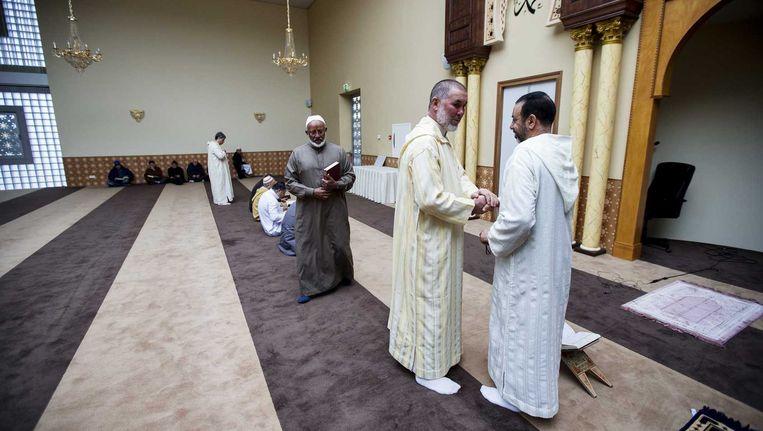 Moslims tijdens het vrijdaggebed in de Marokkaanse moskee en Islamitisch Centrum, Imam Malik in Leiden. Beeld anp