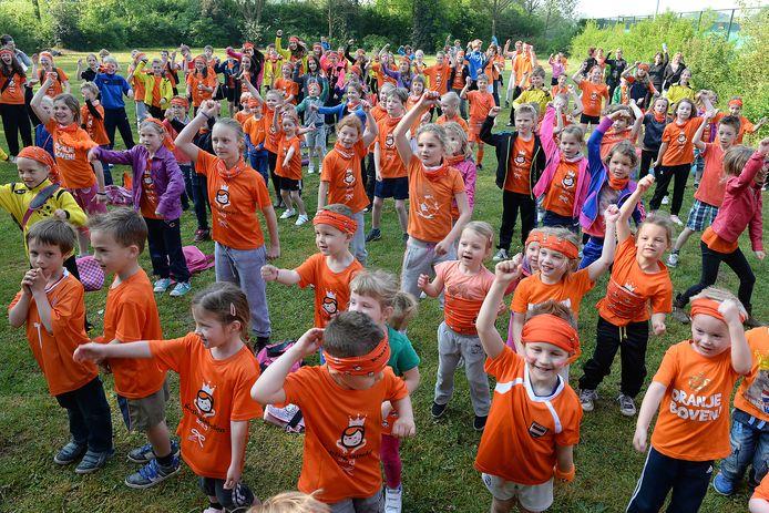 Kinderen van de Dr. Jan de Quay-school in Beers dansen vrolijk mee op de eerste Koningsdag, in 2014.