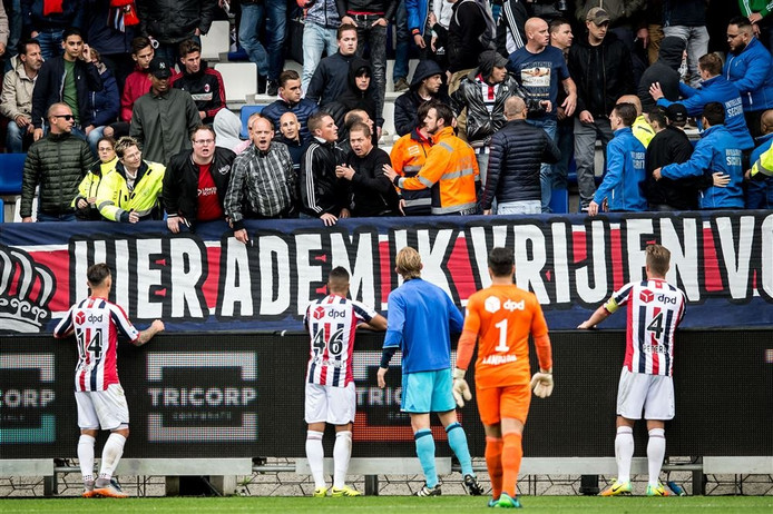 Spelers van Willem II en Dirk Kuijt manen supporters tot rust na ongeregeldheden tijdens de wedstrijd.
