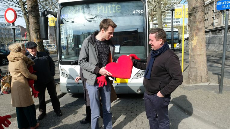 D'Haese geeft Alex een hartjeskussen cadeau