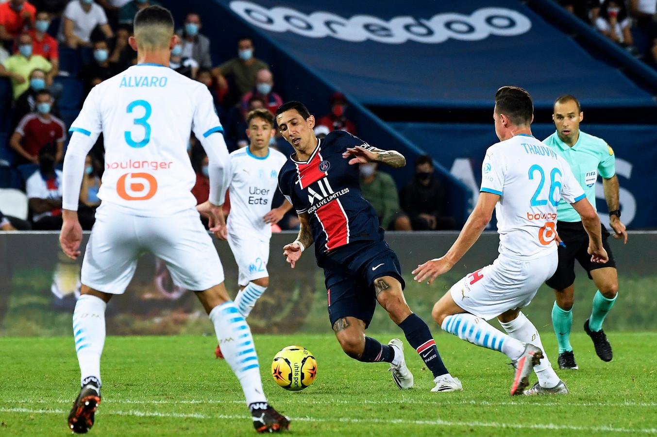 Angel Di María in actie tegen Marseille. Links slachtoffer Alvaro Gonzalez.