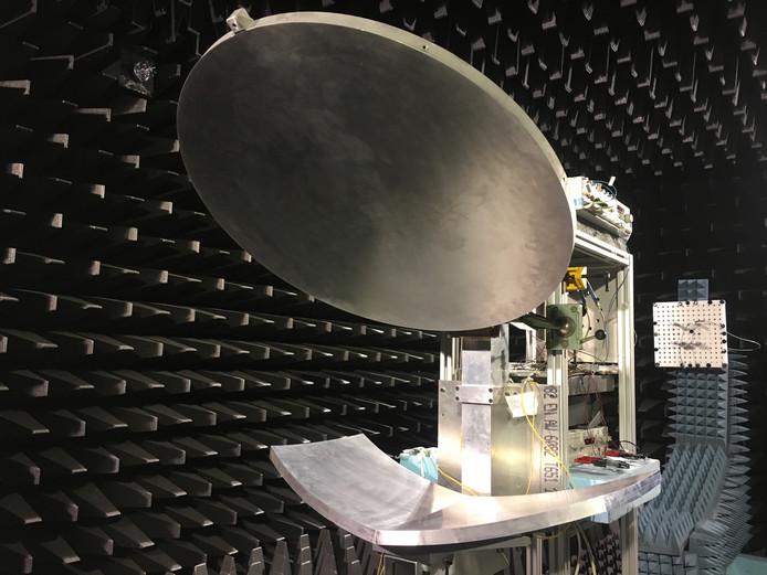 De antenne met schotel en reflector in een testkamer van de TU Eindhoven.