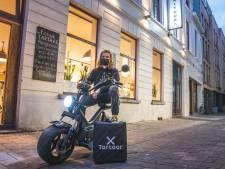 """Frituur tartaar koopt elektrische brommer: """"Zoveel thuisleveringen dat het met de fiets niet meer lukt"""""""