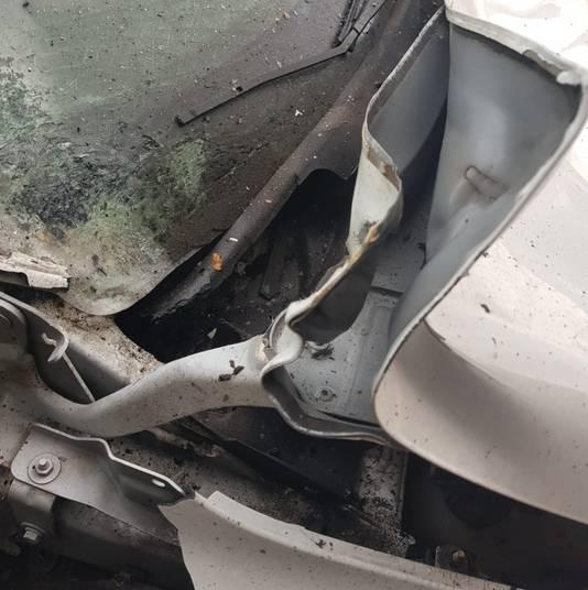Schade aan motorkap en ruit door vuurwerk