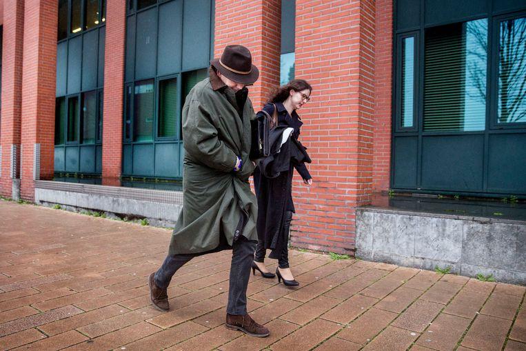 Erik Staal en zijn advocaat verlaten de rechtbank. Beeld Arie Kievit